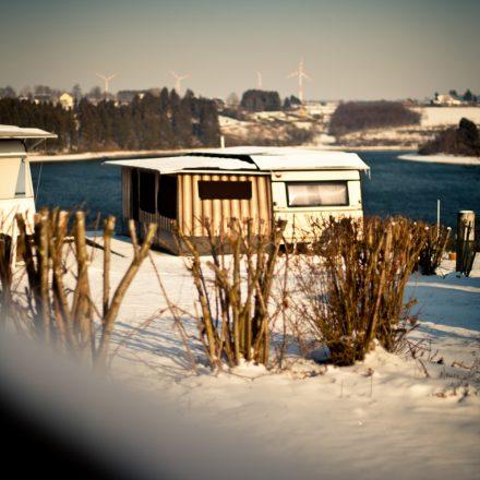jahrescamping_winter_see_wohnwagen