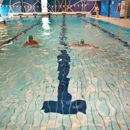 schwimmbad_zwei_schwimmer
